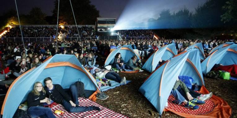 Blick auf die Zuschauer bei einer Open-Air-Kino-Vorstellung.