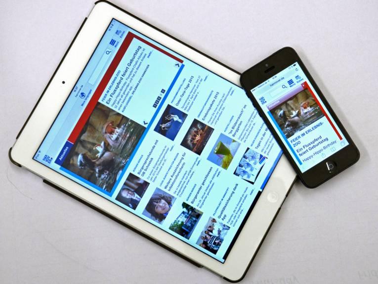 Ein Tablet-Computer und ein Smartphone mit angepassten Darstellungen von hannover.de.
