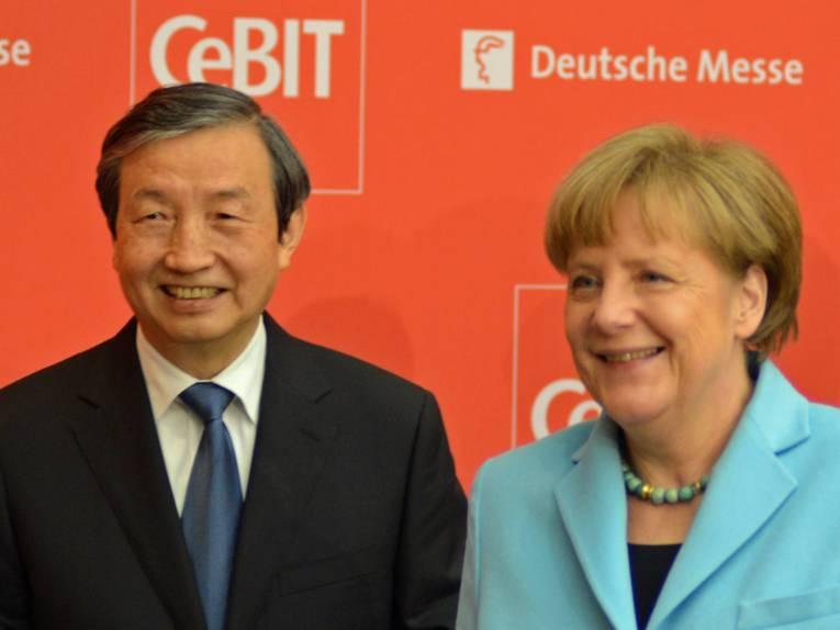 Zwei lächelnde Politiker.