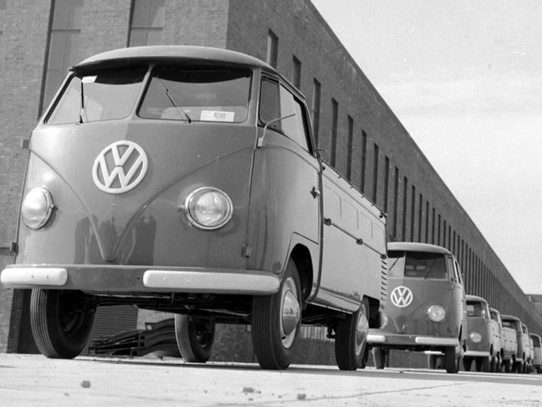 VW-Bullis vor Fabrikhalle