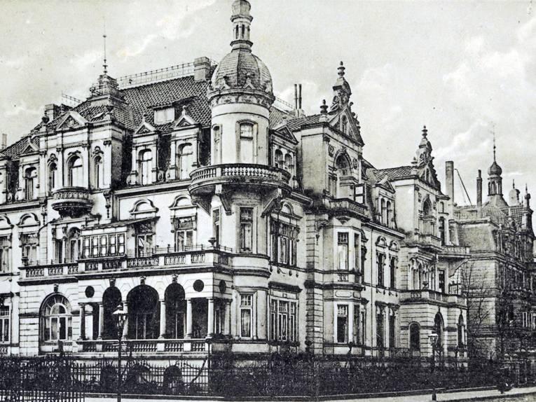 Eine Altbau-Villa (schwarz-weiß).