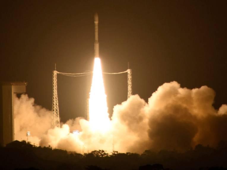 Eine Rakete startet bei Nacht.