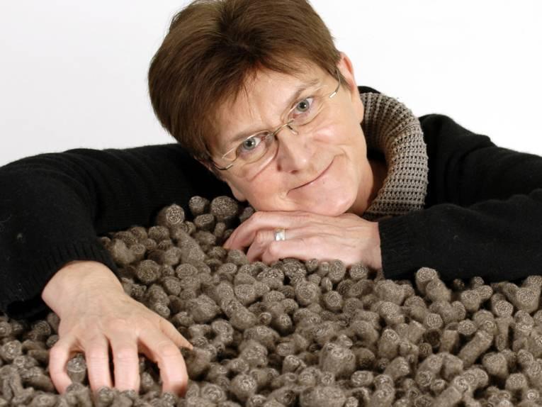 Frau mit einem Teppich