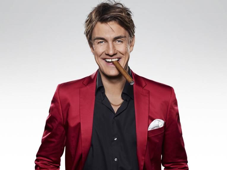 Lächelnder Mann mit Zigarre.