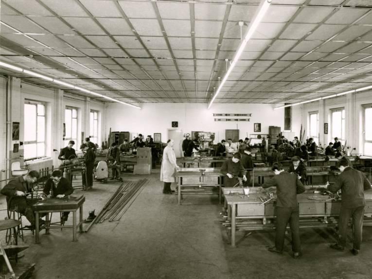 Männer in Werkstatt (Schwarz-Weiß-Fotografie)