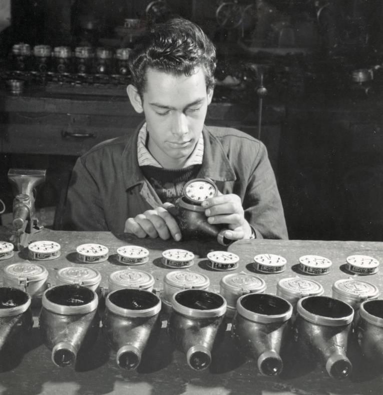 Männer mit technischen Geräten (Schwarz-Weiß-Fotografie)