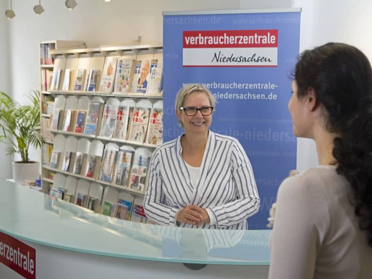 Foto: Eine Beraterin der Verbraucherzentrale im Gespräch mit einer Frau.