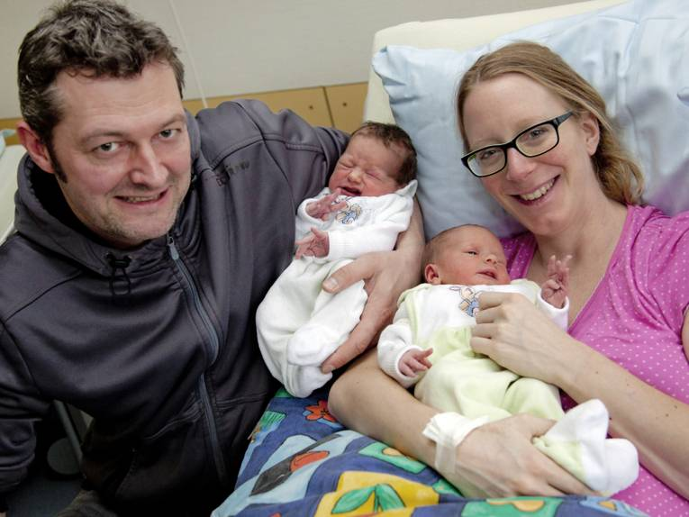 Mann und Frau mit zwei Babys