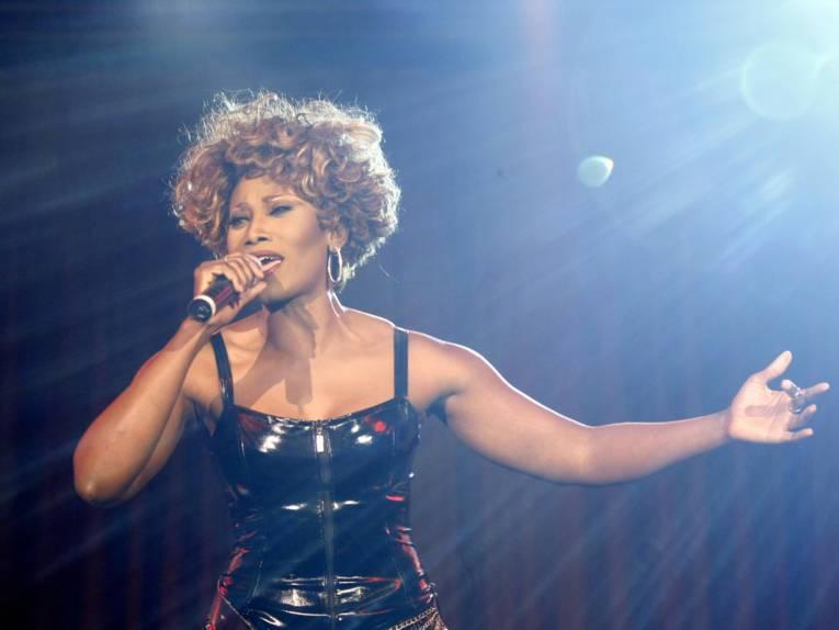 Eine Frau singt.