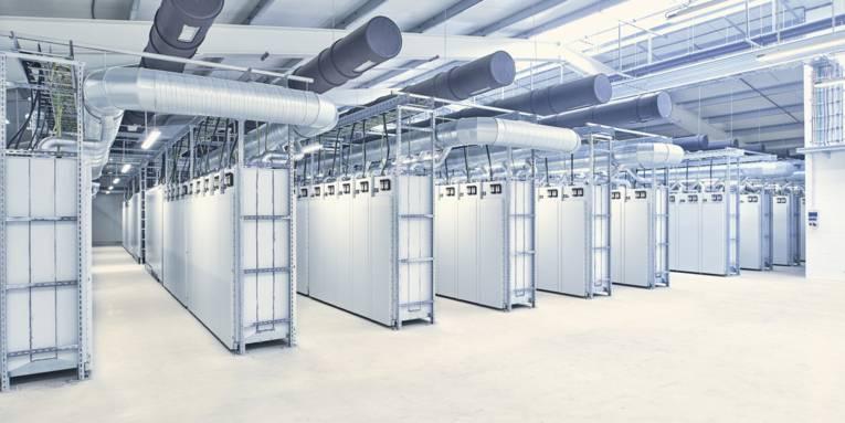 Metallene Behältnisse in einer großen Halle