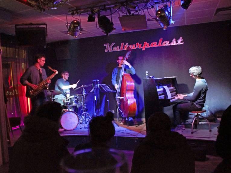 Musiker auf einer Bühne.