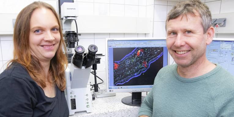 Eine Frau und ein Mann in einem Labor