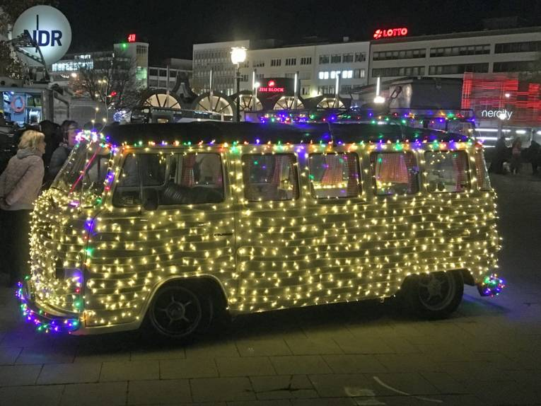 Großes Auto mit Lichtern überzogen