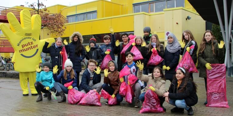 Schüler mit Müllsäcken auf dem Schulhof
