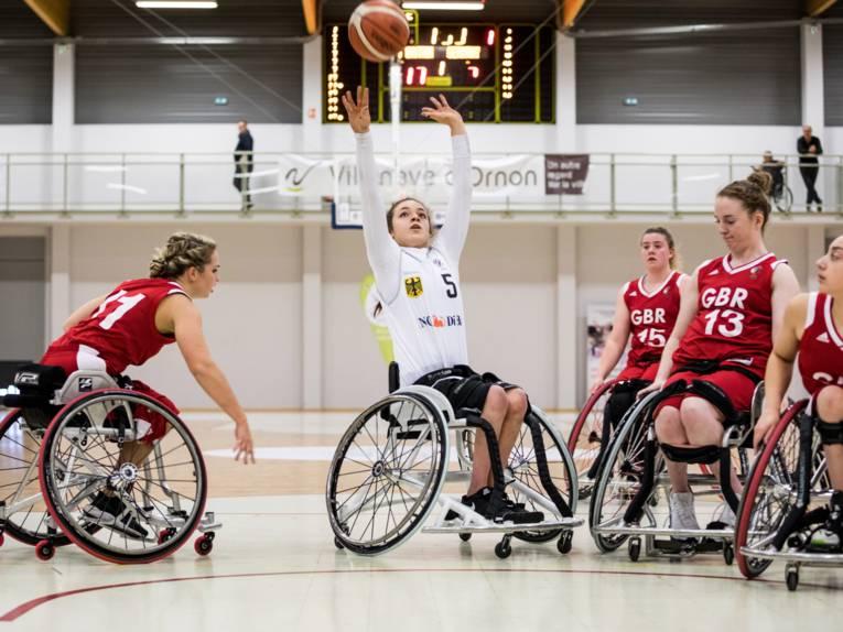 Junge Frauen im Rollstuhl spielen Basketball
