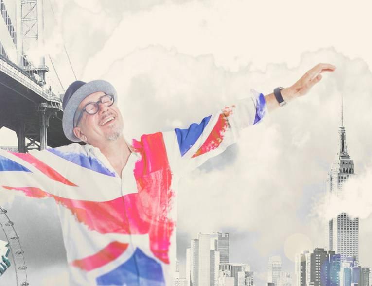 Zeichnerisch verfremdetes Bild eines Mannes in einem an die britische Flagge erinnernden Shirt mit ausgebreiteten Armen vor einer Hochhauskulisse.