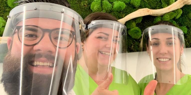 Zwei Frauen und ein Mann mit Gesichtsmasken