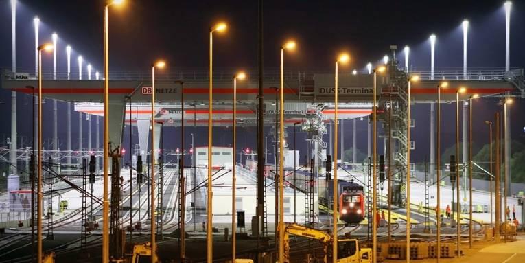 Schienenstränge mit drei großen Portalkranen zur Verladung von Containern auf Züge.