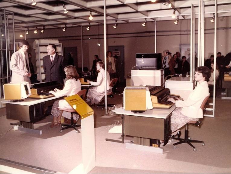 Vier Frauen an Schreibmaschinen