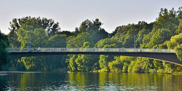 Eine Brücke über einen Fluss.