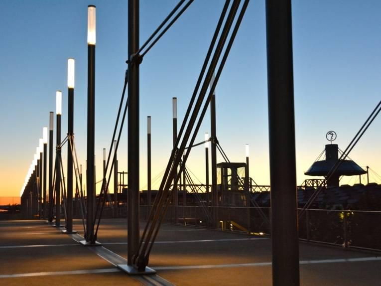 Brücke mit Leuchtstelen