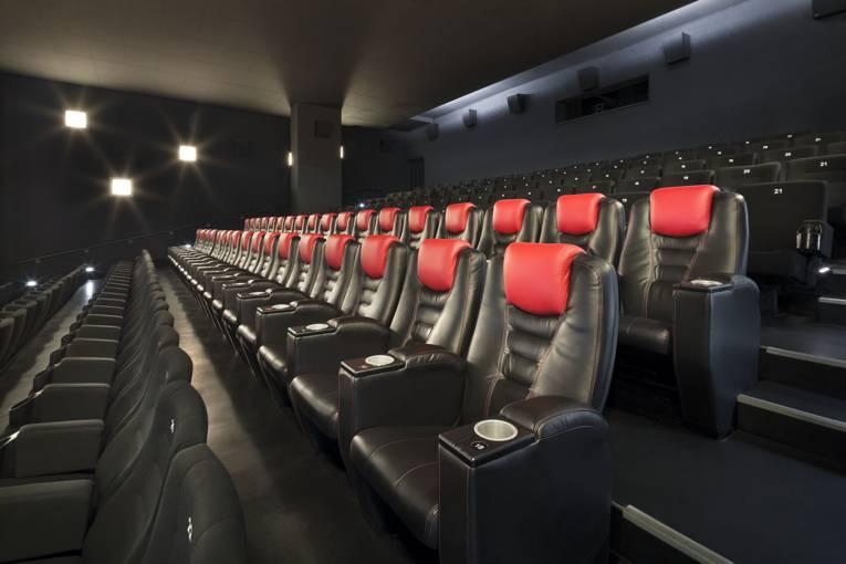 Sitzreihe aus Leder in einem Kinosaal