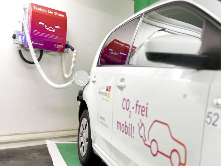 Elektro-Auto an Ladestation.
