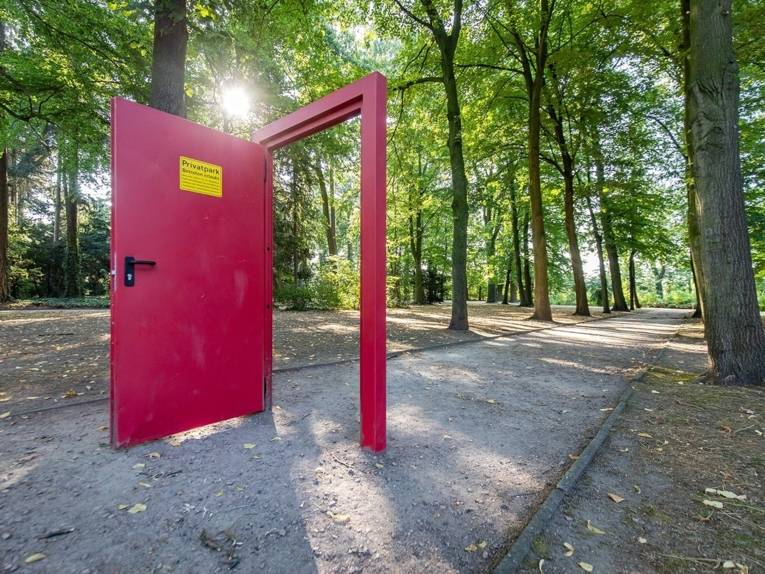 Tor in einem Park