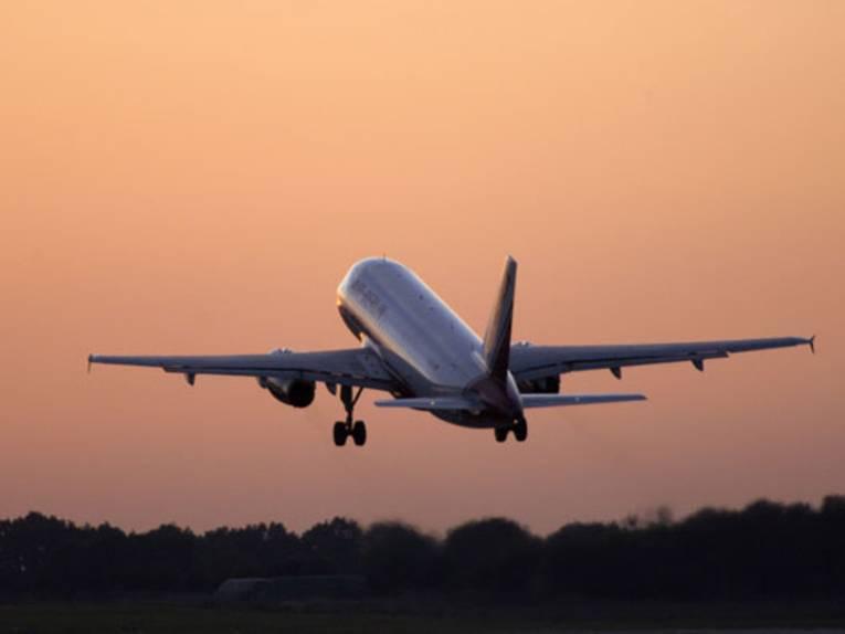 Flugzeug beim Abflug in der Abendsonne