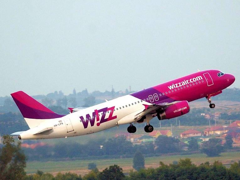 Startendes Passagierflugzeug mit der Aufschrift wizzair.com