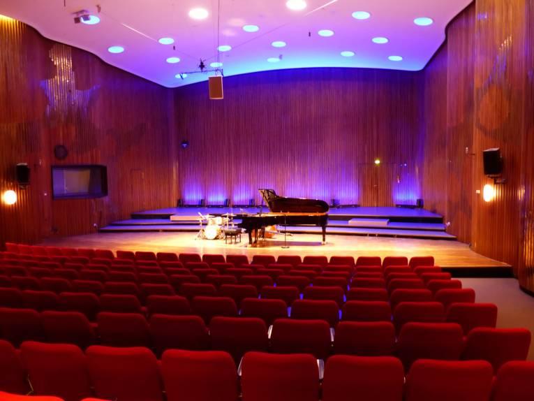 Leerer Konzertsaal mit Musikinstrumenten