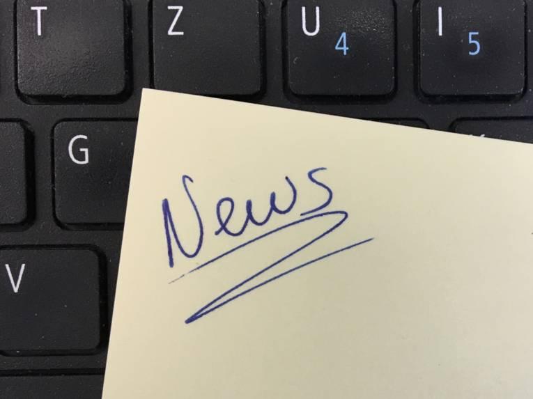 Schriftzug News handschriftlich auf einem Notizzettel