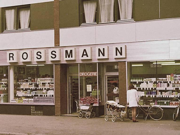 Blick auf die Schaufensterfront des ersten Rossmann-Markts 1972 in Hannover
