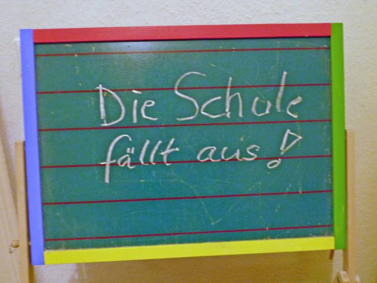 Tafel auf der steht: Die Schule fällt aus.