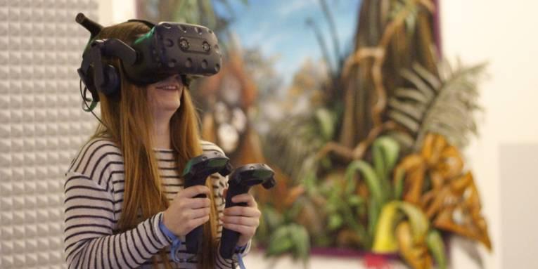Mädchen mit technischer Apparatur auf dem Kopf