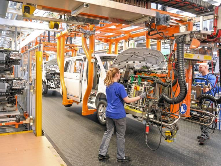 Arbeiter in Produktionsanlage bei der Fahrzeugproduktion