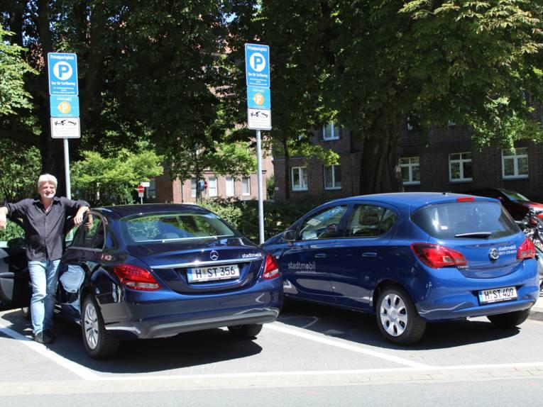 Mann und zwei parkende Autos