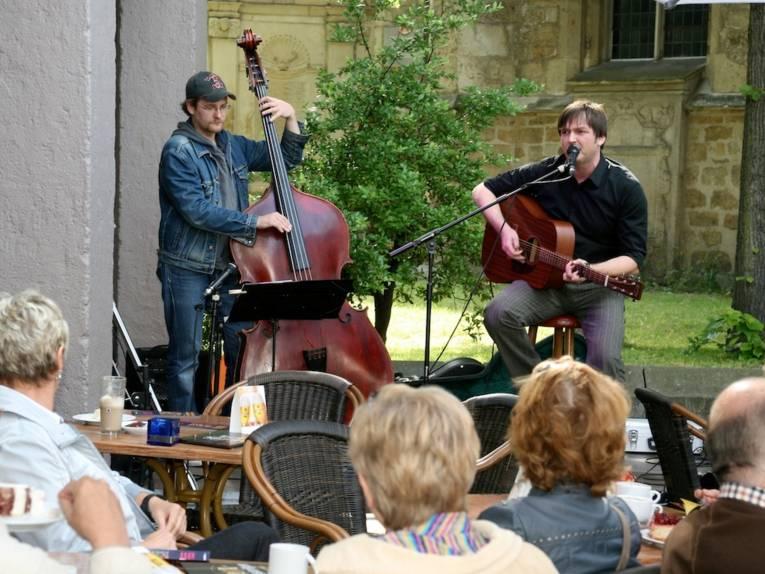 Zwei Musiker mit Publikum