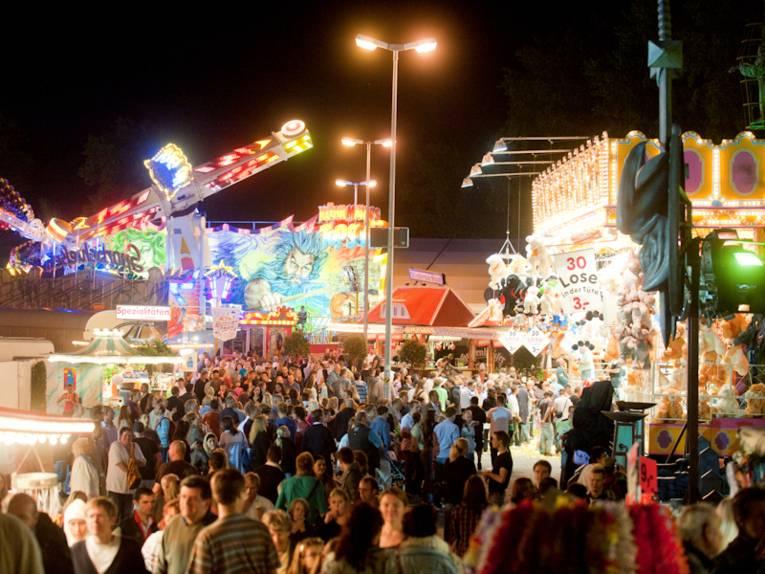 Menschenmenge auf nächtlichem Festplatz