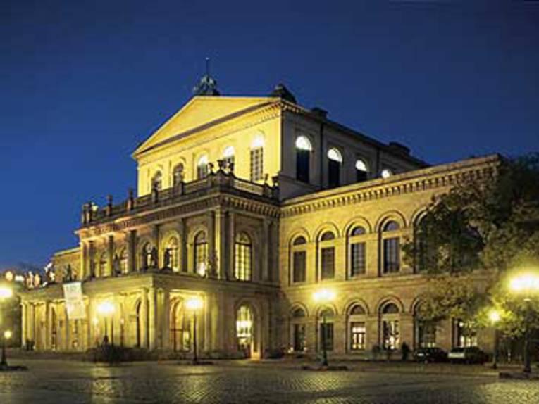 Das Opernhaus in Hannover bei Nacht erleuchtet.