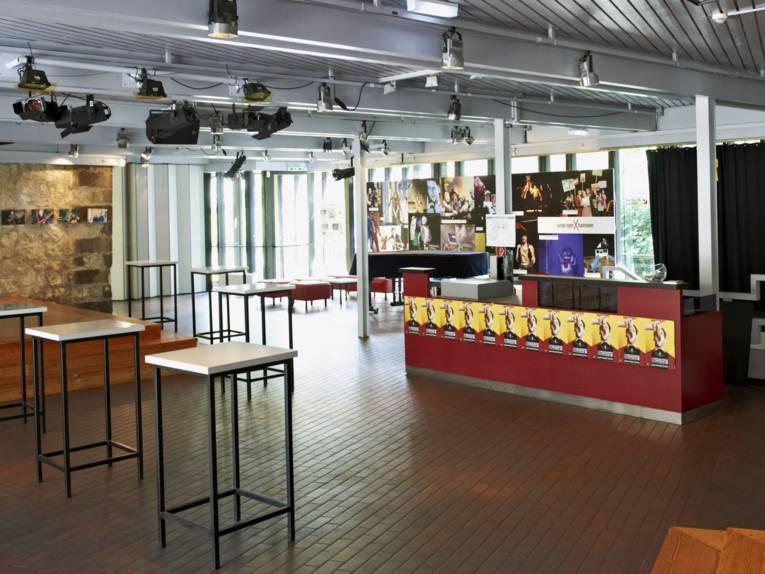 Foyer eines Theaters.