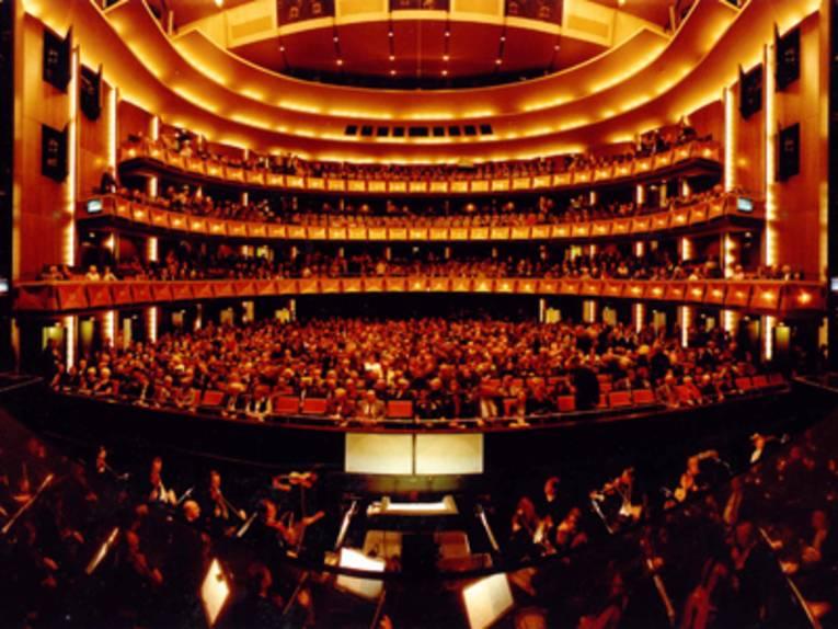 Ein imposanter Zuschauerraum einer Oper.