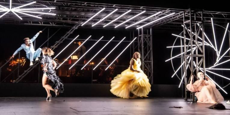 Vier Menschen auf einer Bühne