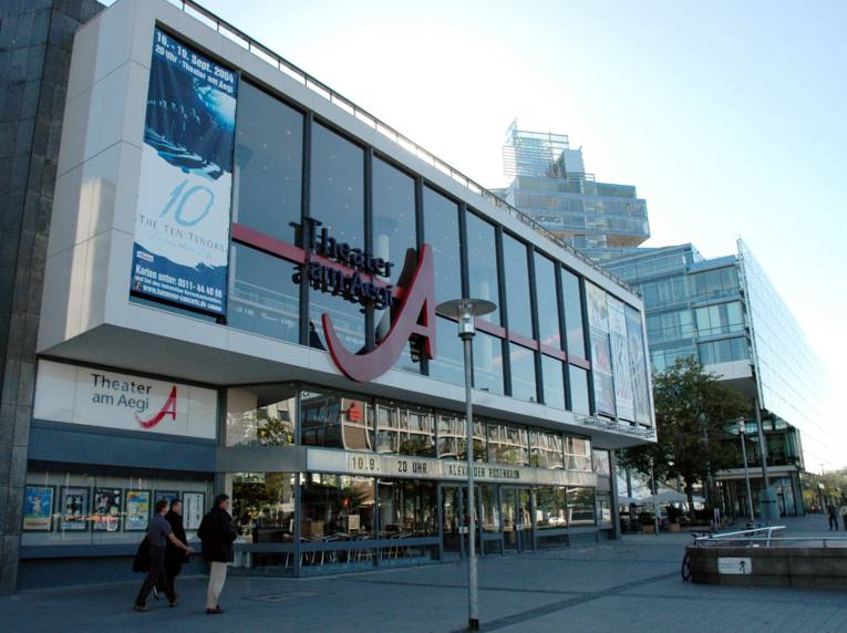 Außenansicht des Theaters am Aegi mit seiner Glasfassade.