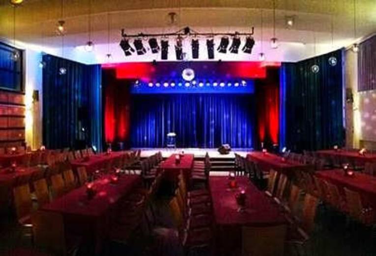 Ein Blick in den leern Saal des Uhu-Theaters.
