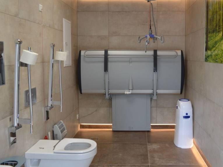 Ein Raum mit einer Toilette und einer Liege