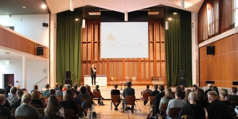 Blick ins Publikum und auf die Bühne beim Ernst.FM-Sendestart