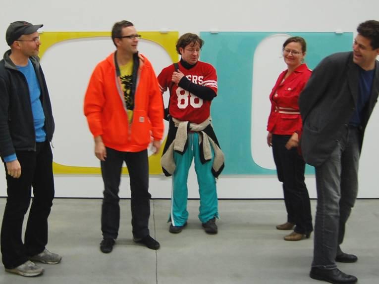 Mehrere junge Menschen und ein Kunstobjekt
