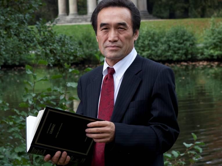 Mann mit einem Buch in den Händen