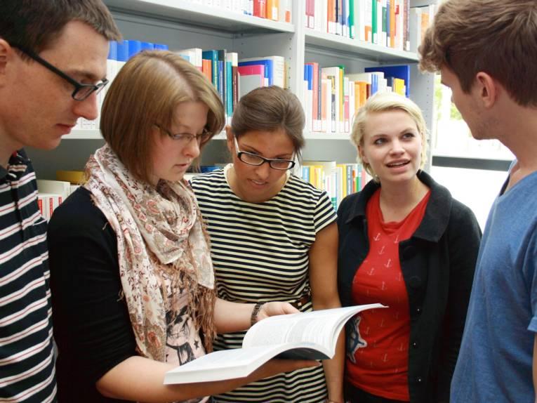 Menschen vor einem Regal mit Büchern